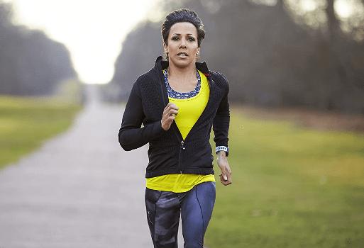 mujer corriendo con pulsometro