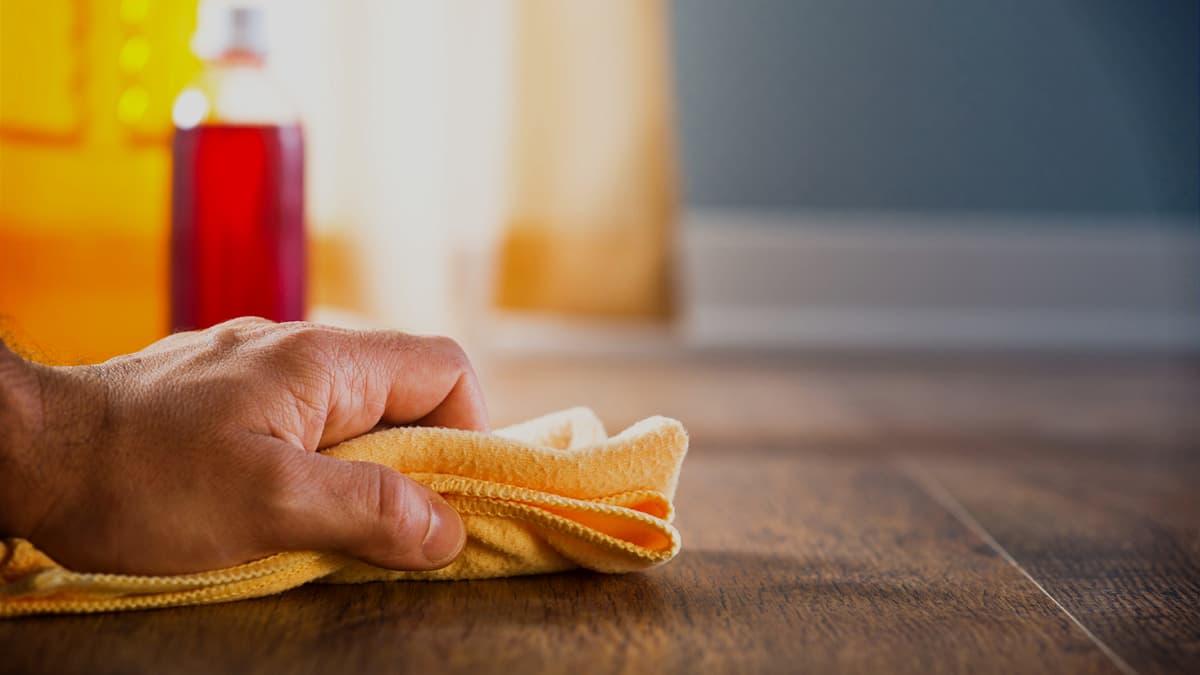 Cómo quitar manchas de grasa antiguas en el parquet